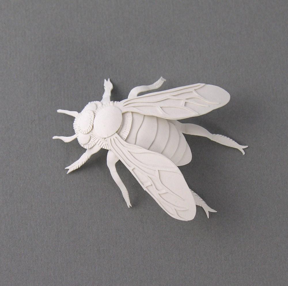 miniature-bee-paper-sculpture-by-elsa-mora